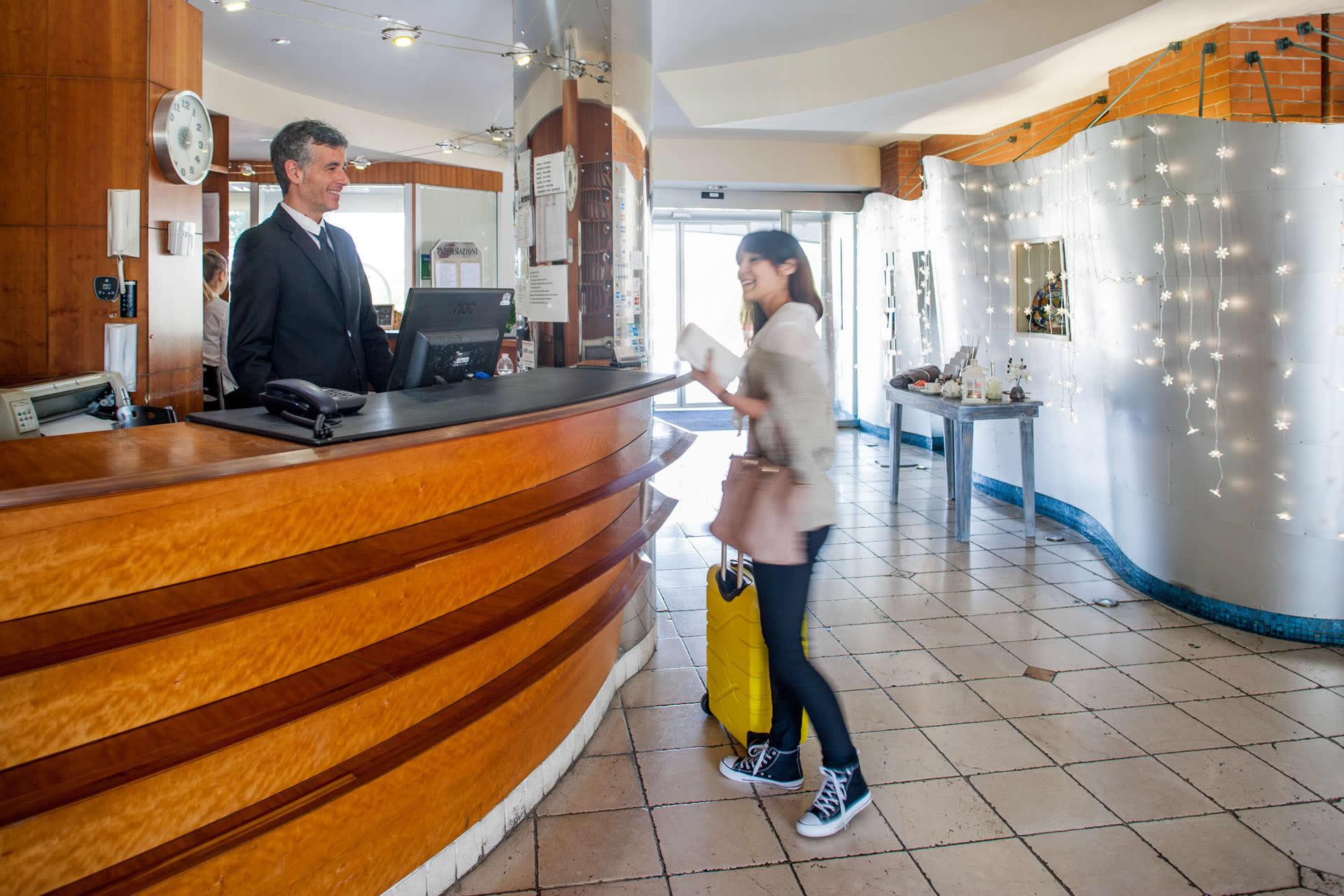 Hotel ostia con bus navetta per aeroporto fiera di roma e for Emmerre arredamenti ostia antica orari